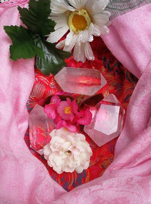 Bergkristalle in Blumen eingehüllt, energetisch aufgeladen mit fünfdimensionalen Energien